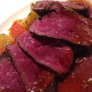 深夜にも食べれる本格イタリア系肉料理やパスタは大人気!