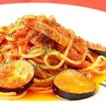 ジュリアーノ - 厚切りベーコンとナスのトマトソースパスタ