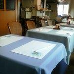 洋食 羽柴 - 今日はサービスの人がいたのでテーブルもきれいです。
