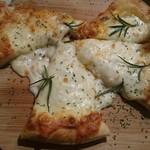 横浜石川町バル - もちもち5種類のチーズピザ