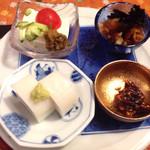 津右衛門 - おらがコースのおつまみ 板わさ、そば味噌、冷奴青唐辛子味噌、なめこ卸 日本酒チビチビやるのにぴったりです!