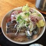 タカマル鮮魚店 - 皮を炙った鰆4切れ、コハダ2尾、鯵、角切りのトビウオ