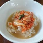 手打拉麺 萬山園 - キムチごはんにスープをかけてとおすすめの食べ方