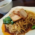 マラッカバー - マレーシアの汁なしチャーシュー麺とわんたんスープ