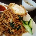 マラッカバー - 鶏挽肉のガパオとライス、目玉焼きのせ(スープ付き)