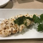 Kado-no-Casshiwa - 勿論トリゼン自慢の華味鳥を使った焼鳥も注文です、最初はささみの炙り串をバジルを使ったジェネベーゼソースでいただきました。