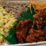 58911396 - ★ピリ辛チキン&鶏そぼろ弁当」498円