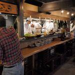 大和屋 音次郎 - 各種おかず類、あら汁、ご飯のコーナーがあり、右手から料理を随時取っていくようなシステムでした。