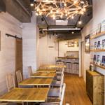 UMI CAFE - 全体照明もウッド