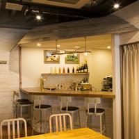 UMI CAFE - 海を意識したBARカウンター