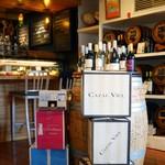 ル・コントワール・オクシタン - 左手・カウンター席、右手・ワイン樽