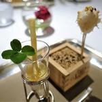レ セゾン - 帆立のムースにアサリの出汁をかけて、トリュフとあられを塗して  アーモンドのババロア、海老、オレンジのチャツネ
