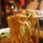 カラシビ味噌らー麺 鬼金棒 - 麺は中太