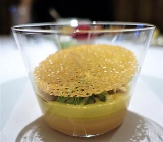 レ セゾン - フォアグラのロワイヤルにトウモロコシのブルーテ  食感をだしたクルスティヤントと酸味をつけたコンディマンを添えて