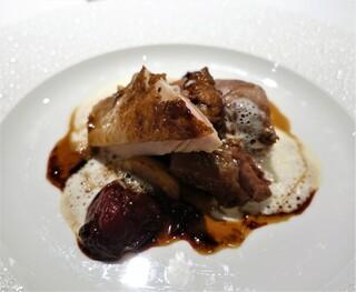 レ セゾン - ほろほろ鶏のロースト  ジュをからめた野菜のポワレの上に  蜂蜜ヴィネガーを薫らせたペーシュ・ヴィーニュのグラッセ