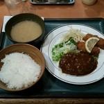 キッチンジロー - ハンバーグとカキフライ定食(税込み950円)