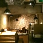 バンコクガーデン - [内観] 店内 カウンター席からテーブル席方面を見る。