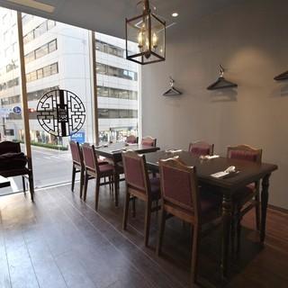 シノワズリの雰囲気でリーズナブルに美味しい中華料理を2階