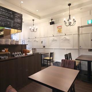 カフェ感覚で女性お一人様でも気軽にご利用頂ける中華料理店1階