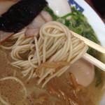 58953702 - 麺にはスープだけじゃなく、骨粉もからんできますぜ。