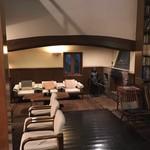 亀の井別荘 - 談話室内