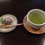亀の井別荘 - 料理写真:お着きのお菓子は亀の井別荘オリジナルの「巳次郎柿」