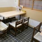ミヤタヌードル - テーブルは2卓