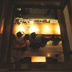 BARすがはら 渋谷本館 - 吹き抜けから見下ろした階下のBARカウンター
