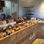 ハチパン - お店の内観です。 温かみのある雰囲気が良いです。