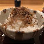 なかむら - 自家製じゃこをかけたご飯。醤油味がしっかりなのは関東だなぁ。山形こしひかり。