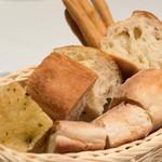 ラ スフォリーナ - 2016.11 自家製のパン(フォカッチャ、バゲット、グリッシーニ)
