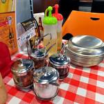 屋タイ - 卓上に常備された調味料類(2016年11月)