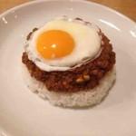 タダカリー - キーマカレー+目玉焼