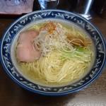 58972066 - 豊魚鶏だし塩ラーメン(白ネギと糸唐辛子、水菜がよく似合う)