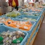 筑前町ファーマーズマーケットみなみの里 - 筑前ゴジラと戦った後、『筑前町ファーマーズマーケットみなみの里』さんへ。野菜の価格が高騰している今、こちらに買い求めに来るお客さんも沢山います。