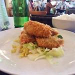 航旅莉屋 - 大きさいろいろの牡蠣フライは5ピース。下には茹で?キャベツと短いパスタ(フリッジ)。