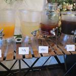 UNO - 食後は、サービスのソフトドリンクを楽しみました。 オレンジジュース・アップルジュース・ルイボスティー・コーヒーがあります。