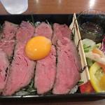 UNO - 和牛ローストビーフ重1,000円(ドリンクバー付)。 ローストビーフ丼ではなくて、お重仕立て。
