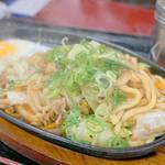資さんうどん 太宰府店 - 新名物と名打った、焼きうどん700円。                             鉄板ナポリタンみたいに熱々じゅーじゅーで供されました。