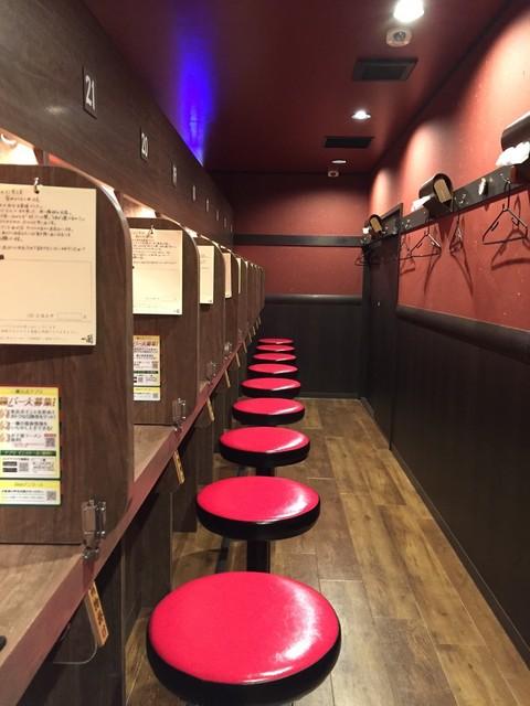 一蘭 中野店 - 壁面にはハンガーやテッシュが