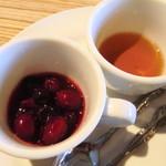 anea cafe - ベリーソースとメープルシロップ