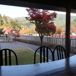 cafeうえまる - 窓から千頭駅が見えます