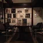 バー 山猫 - こちらはテーブル席。