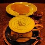 バラ屋 - ウインナーコーヒーとホットケーキ、どちらもおいしかったです