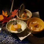 花大根 - 続いては小鉢に入った料理を楽しみましたが、特に生のえのきのシャキシャキ感と甘味、香りと旨味もしっかりと感じられるえのきと松茸の小鉢が絶品でした。