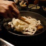花大根 - 鍋の中にうどんを入れた後はしっかりとタレとうどんを絡ませていきます。