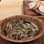 菜園バル CHIBI-CLO - 4種キノコのアヒージョ、蜂屋のバケット