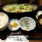 九州博多料理 もつ鍋 幸 - 牛ホルモン味噌炒め 1,180円 小鉢、ご飯、お漬け物、お味噌汁