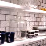 ブラスカフェ - 食器棚は見せる収納。