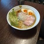 麺や真登 - 濃厚醤油ラーメン(半熟煮玉子入り)(880円)